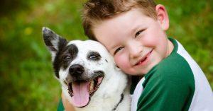 Enfant qui fait un calin à un chien